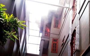 Biệt thự ở Sài Gòn bốc cháy giữa trưa