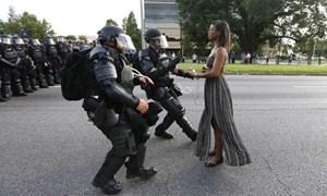 Bức ảnh 'huyền thoại' về biểu tình gây sốt ở nước Mỹ
