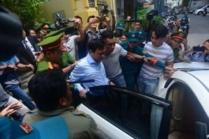 [VIDEO] Bị cáo Nguyễn Hữu Linh cùng luật sư được cảnh sát hỗ trợ đưa lên xe rời khỏi tòa