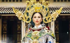 Châu Ngọc Bích mang áo dài hoa sen trắng tới 'Mrs Universe 2018'