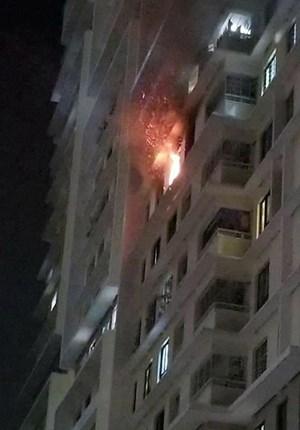 Cháy căn hộ ở Sài Gòn, người dân đập cửa gọi nhau bỏ chạy