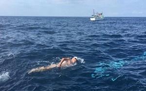 Cụ ông 73 tuổi bơi 10 tiếng liên tục vượt qua 38 km