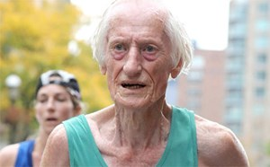 Cụ ông 85 tuổi phá kỷ lục marathon thế giới