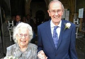 Cụ ông 91 tuổi làm đám cưới với bạn tri kỷ 92 tuổi