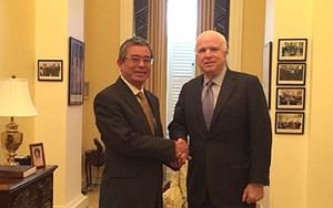 Đại sứ Phạm Quang Vinh gặp Chủ tịch Ủy ban Quân vụ Thượng viện John McCain