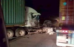 [VIDEO] Container bị biến dạng sau khi đâm vào xe tải chở cột bê tông trên Quốc lộ 5