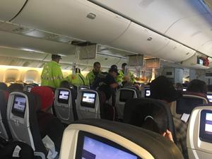 Máy bay Canada chở 284 người buộc phải hạ cánh khẩn cấp