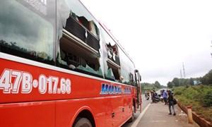 Hai xe khách tông nhau, 15 hành khách vào viện