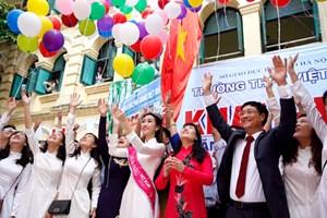Hoa hậu Đỗ Mỹ Linh mặc áo dài trắng dự lễ khai giảng trường Việt Đức