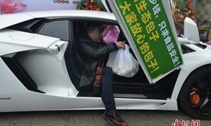 Lái siêu xe Lamborghini đi giao... bánh bao