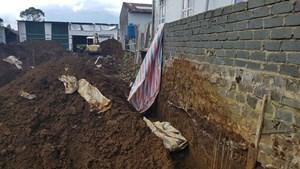 Lâm Đồng: Sập tường rào khi thi công, 3 người bị thương