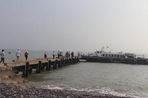 Nghệ An: Đưa 7 du khách gặp sự cố trên biển vào bờ an toàn