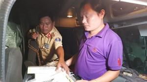 Phát hiện 12.000 gói thuốc lá lậu trên xe container