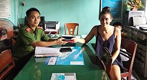 Quảng Nam: Trao trả tài sản đánh rơi cho du khách nước ngoài