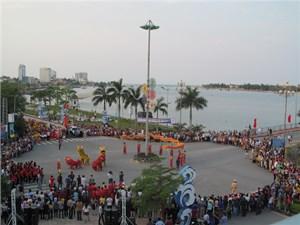 Rộn ràng lễ hội diễu hành đường phố
