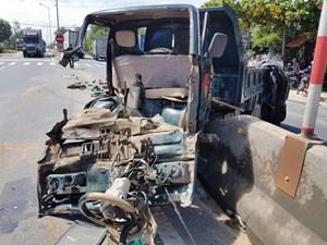 Tai nạn liên hoàn, con trai tài xế xe tải bị văng xuống đường