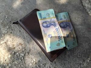 Tặng giấy khen nữ sinh trả lại tiền cho người đánh rơi