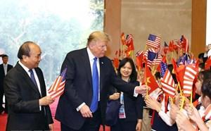 Thứ trưởng Ngoại giao nói gì về việc Tổng thống Trump vẫy cờ Việt Nam?