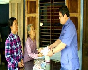 Thủ tướng hỗ trợ 100 triệu đồng cho gia đình người dân quân tử nạn vì giúp dân vùng lũ