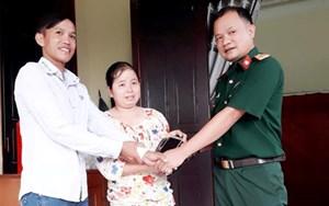 Thượng úy Quân đội trao trả túi tiền cho người dân đánh rơi