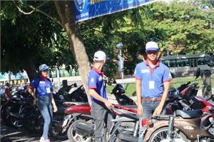 Tình nguyện viên nhiệt tình hỗ trợ các thí sinh