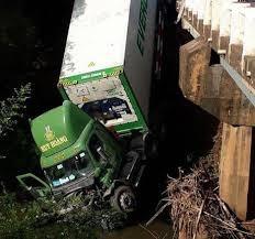 Tông sập lan can cầu, xe container lao xuống sông