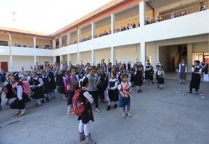Trẻ em Iraq vứt bỏ sách của IS trong ngày tựu trường
