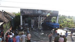 Hỏa hoạn thiêu rụi cửa hàng xăng dầu, khiến 2 người bị thương
