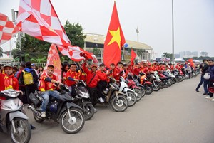 [VIDEO] Cổ động viên đốt pháo sáng, diễu hành trước trận Việt Nam - Malaysia tại Mỹ Đình