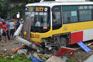Xe buýt mất lái, tông chết môt người lái xe ôm