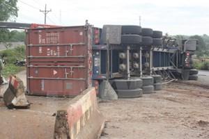 Xe container bất ngờ đâm vào dải phân cách, lật ngửa giữa đường
