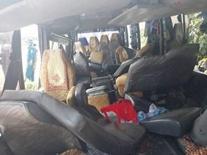 Xe tải 'húc' xe khách chở công nhân, 24 người nhập viện