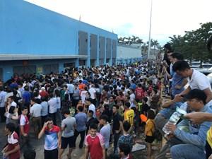 Hà Tĩnh: Hàng nghìn người bức xúc vì mua vé nhưng không được vào xem bóng đá