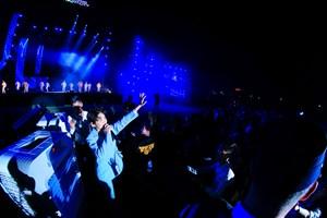 Love Songs Party 2: Fan tạo 'mưa đom đóm' ấn tượng từ đèn flash