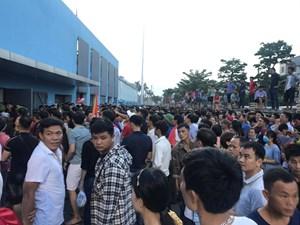'Vỡ trận' trên sân Hà Tĩnh: Nhiều vé giả lọt vào sân