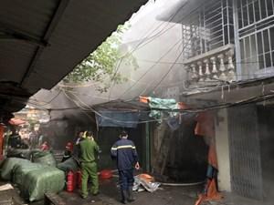 Cứu 13 người thoát hiểm trong đám cháy