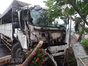 Xe tải mất lái đâm trực diện vào cổng nhà dân ven đường