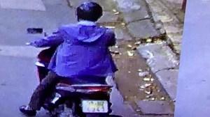 Hình ảnh đối tượng dụ dỗ nam sinh tại cổng các trường học ở Hà Nội