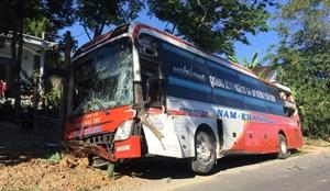 Quảng Bình: Xe khách va chạm với xe tải, 19 hành khách hoảng loạn
