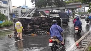 TP Hồ Chí Minh: Xe tải lật nhào trên đường Võ Văn Kiệt, ùn tắc nghiêm trọng