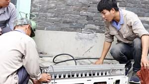 Thợ sửa điều hòa kiếm tiền triệu trong những ngày nắng nóng cực điểm