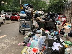 Ùn ứ rác thải tại quận Nam Từ Liêm: Công nhân vệ sinh đình công, đòi trả lương
