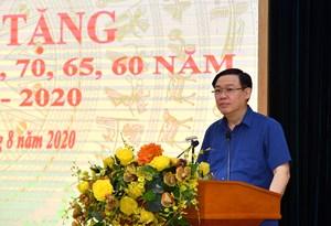 Bí thư Hà Nội trao Huy hiệu Đảng đợt 2-9 cho đảng viên quận Hoàn Kiếm