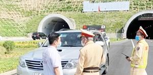 Phạt 11,2 triệu đồng nhà xe và khách muốn rời Đà Nẵng trốn cách ly