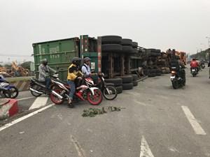 Xe container lật nhào trên Quốc lộ 1, đoạn qua Bình Dương