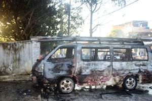 Xe ô tô 16 chỗ bốc cháy trên vỉa hè, tài xế nhảy vội ra ngoài