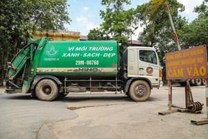 [ẢNH] Người dân dỡ rào chắn, xe đã vào bãi rác Nam Sơn