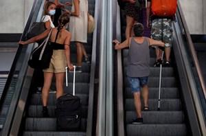 Anh cách ly người trở về từ Tây Ban Nha: Du khách phản ứng