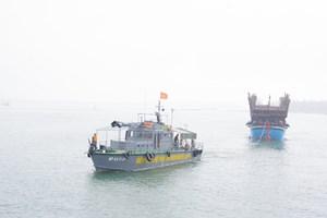 Quảng Nam: Lai dắt tàu câu mực bị hỏng máy trên biển vào bờ an toàn