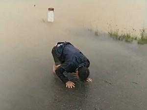 Chồng quỳ khóc vì nước lũ cuốn vợ đang trên đường đi sinh